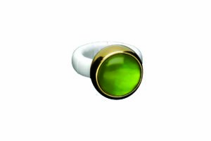 Aura Dama medium ring with green doublet in yellow golplated and white polished ceramic