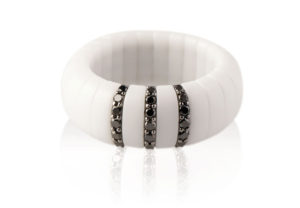 Pura ring in white matte ceramic and black diamonds